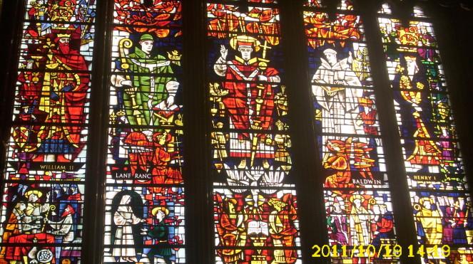 De kathedraal van Canterbury heeft aan de westkant indrukwekkende glas-in-loodramen. Het verbeeld de geschiedenis van God met mensen, vanaf de schepping van Adam en Eva tot aan het leven van de apostelen.